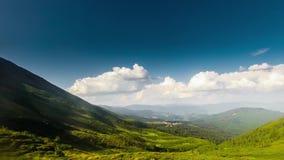 田园诗夏天风景全景在有清楚的山湖和新绿色山timelapse的阿尔卑斯 股票录像
