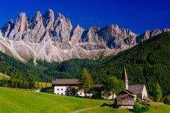 田园诗夏天风景全景在阿尔卑斯 免版税库存照片