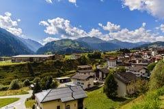 田园诗夏天风景在有新绿色的阿尔卑斯 免版税库存照片