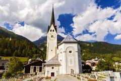 田园诗夏天风景在有新绿色的阿尔卑斯 图库摄影