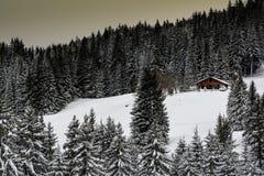 田园诗山小屋在冬天 免版税库存照片