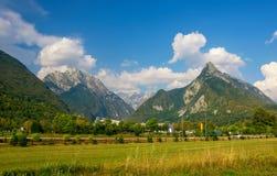 田园诗山谷, Bovec,朱利安阿尔卑斯山,斯洛文尼亚全景  免版税图库摄影