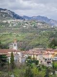 田园诗意大利风景,山的老镇在湖加尔达上 免版税图库摄影
