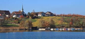 田园诗村庄Seegraben在秋天 在湖帕夫的渔船 库存图片