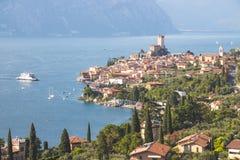 田园诗海岸线风景在意大利:大海和一个逗人喜爱的村庄lago的di garda,马尔切西内 库存图片