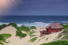 田园诗海滩的村庄 免版税图库摄影
