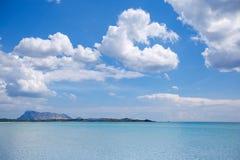 田园诗海滩全景用绿松石水 库存照片