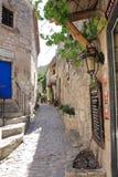 田园诗狭窄的街道在列斯Baux de普罗旺斯,法国 库存图片