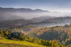 田园诗秋天山风景在罗马尼亚 免版税库存照片