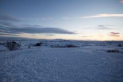 田园诗积雪的风景 免版税库存照片
