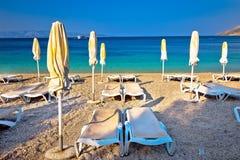 田园诗绿松石海滩遮阳伞和轻便折叠躺椅 库存照片