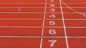 田径运动跑道的运动会比赛地点 免版税库存图片