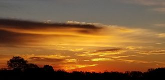 田纳西日出1 -深橙色-暗淡的蓝色 免版税库存图片