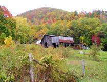 田纳西秋天颜色包围的古国谷仓 库存照片