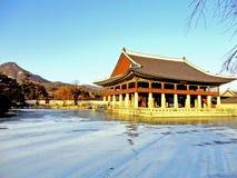 由一个冻湖的韩国寺庙 免版税库存图片