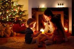 由一个壁炉的愉快的家庭在圣诞节 库存照片