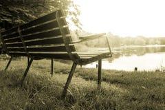 由一个湖的一条温暖的长凳在丹麦 库存照片