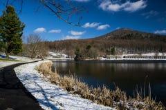 由一个湖的一条障碍容易接近的人行道在弗吉尼亚,美国蓝岭山脉  免版税库存照片