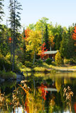 由湖的木客舱 库存图片