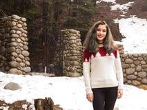 由一个门的少妇在冬天 免版税库存图片