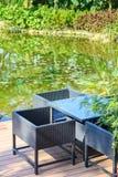 由一个水池的放松地区在庭院里 库存照片