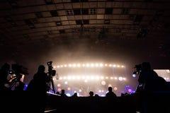 由一位摄影师的电视广播在音乐会期间 与操作员的照相机在高平台 免版税库存图片