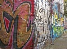 由一位未知的艺术家的五颜六色的街道艺术在一个大厦的墙壁上在Fitzroy巷道 图库摄影