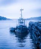 由一只跳船的小船在海湾 免版税库存图片