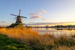 由一台风车的日落在Zaanse Schans 图库摄影