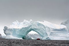 由一座被成拱形的冰山南极洲的南极巡航发射 免版税图库摄影