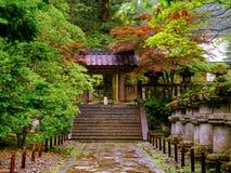 由一条木道路的暗藏的日本庭院主角 免版税库存照片