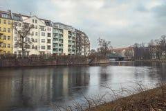 由一条河的德国大厦在柏林 免版税库存图片