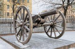 由三位一体大教堂的一门大炮在圣彼得堡 免版税库存图片