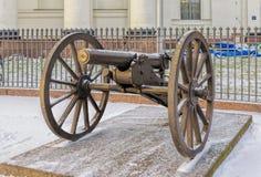 由三位一体大教堂的一门大炮在圣彼得堡 库存图片