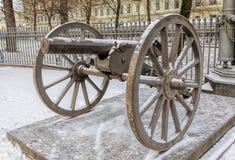 由三位一体大教堂的一门大炮在圣彼得堡 免版税库存照片