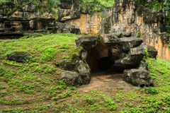 由与在雅加达拍的小山和峭壁照片的水泥做的一个人为洞印度尼西亚 库存图片