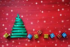 由与小礼物的绿色丝带做的圣诞树在红色背景 免版税库存图片