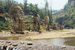 由与树的竹子做的精心制作的水轮在背景中在夏天在猫Sa Pa的猫村庄,越南 免版税库存照片