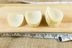 由与白色测量的磁带的油炸薯片做的长条图 免版税库存图片