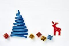 由与装饰的绿色丝带做的圣诞树在白色b 免版税库存图片