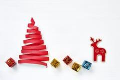 由与装饰的绿色丝带做的圣诞树在白色b 免版税库存照片