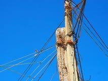 由与贫民窟导线的老木头做的灯柱  免版税库存图片