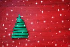 由丝带做的圣诞树在红色背景 免版税库存图片
