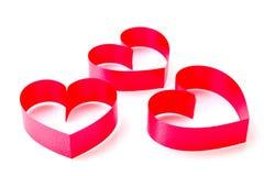 由丝带做的红色心脏在白色背景 库存照片