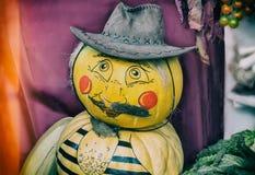 由两个南瓜做的滑稽的雕象以一个人的形式在一ha 库存图片