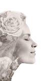 由两次曝光作用做的美丽的少妇创造性的画象使用玫瑰花照片,被隔绝对白色backgr 库存照片
