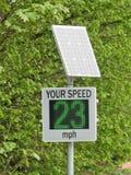 由乡下公路的太阳供给动力的速度雷达 免版税库存图片