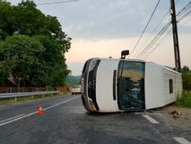 由于事故,白色搬运车完全颠倒 免版税库存图片