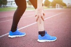 由于受伤的腿的连续运动员感觉痛苦 库存图片