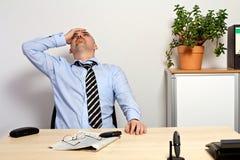 由于坏股票行市,经理拿着他的头 免版税库存照片